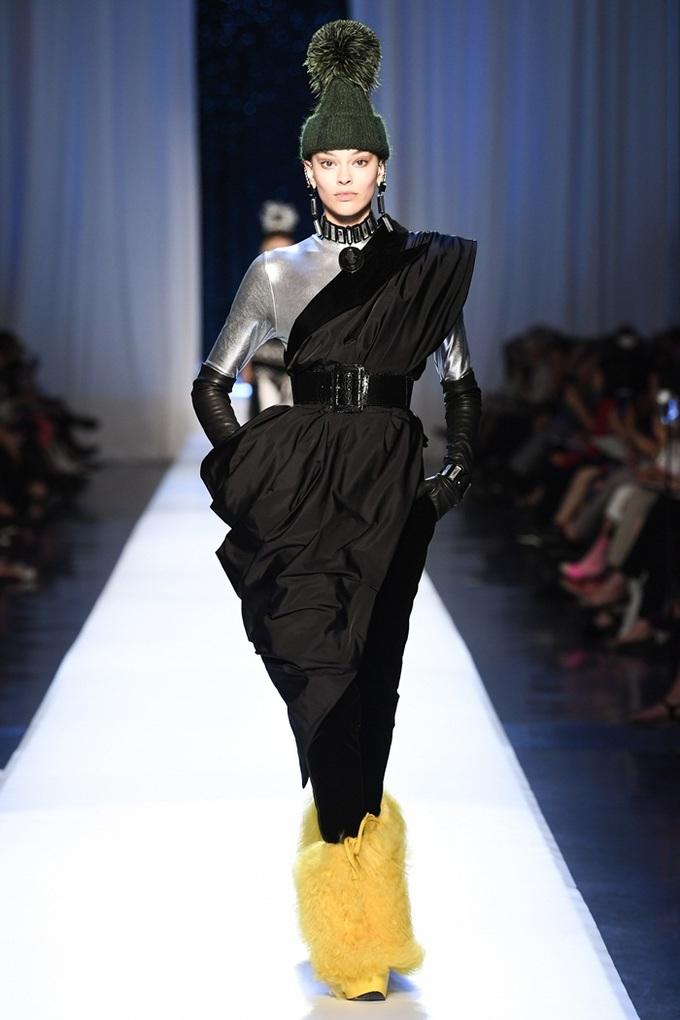 Người mẫu hở ngực với váy trong suốt của Jean Paul Gaultier