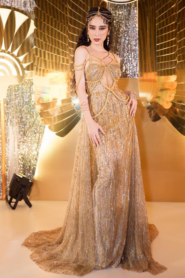 Angela Phương Trinh khoe lưng trần với váy xuyên thấu