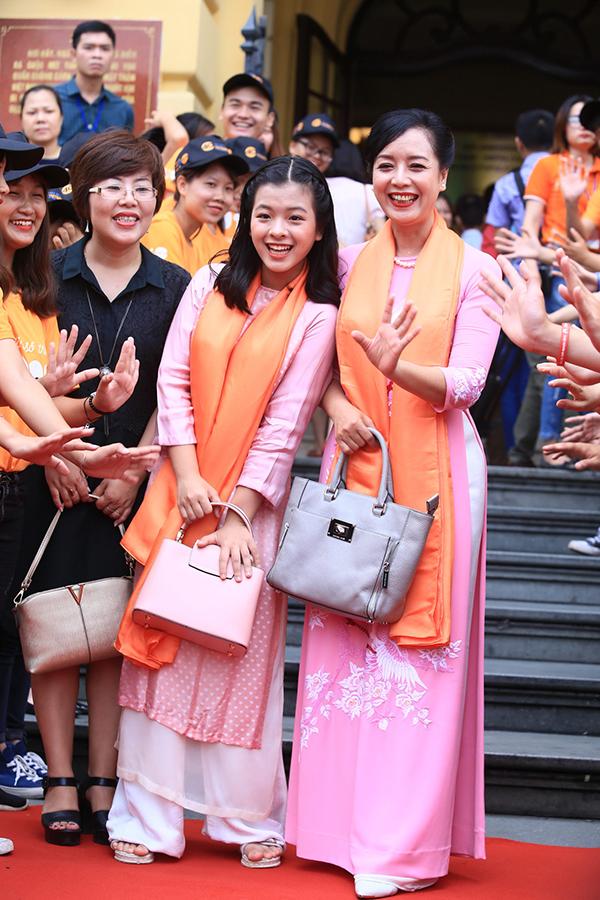 Mẹ con diễn viên Chiều Xuân mặc áo dài đồng màu dự sự kiện