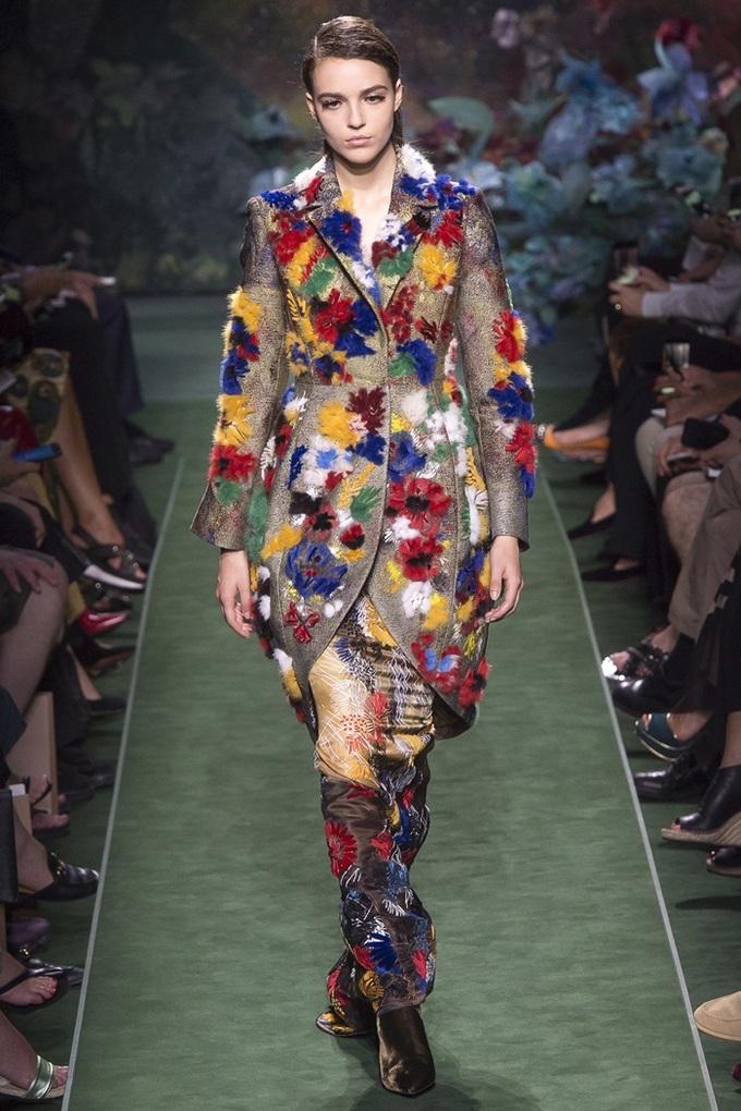 Dàn mẫu Fendi diễn đồ couture theo mốt không nội y