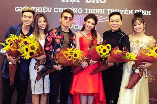 Các thí sinh Gương mặt thân quen 2017 từ trái qua: Jun Phạm, Phượng Vũ, Quốc Thiên, Tố Ny, Kỳ Phương, Hoàng Yến.