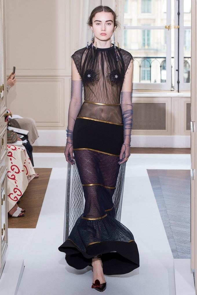 Người mẫu khoe cơ thể với đầm trong suốt của Schiaparelli