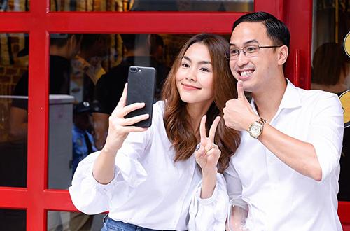 Trong ngày khai trương cơ sở mới, người đẹp được chồng tháp tùng, giúp tiếp đón khách mời. Cả hai mặc ton-sur-ton trắng, nhí nhảnh chụp ảnh selfie cùng nhau.