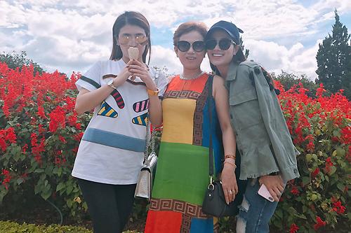 Trong chuyến du lịch, cô còn đi với mẹ (giữa) và chị gái Tố My (phải).