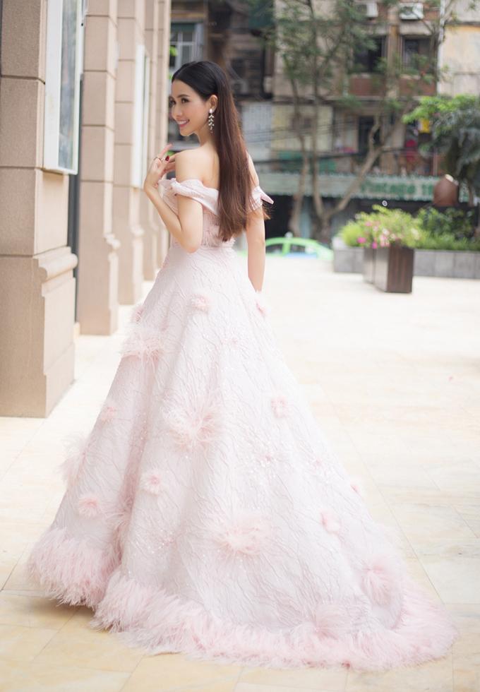 Phan Thị Mơ diện hai váy khoe vai trần