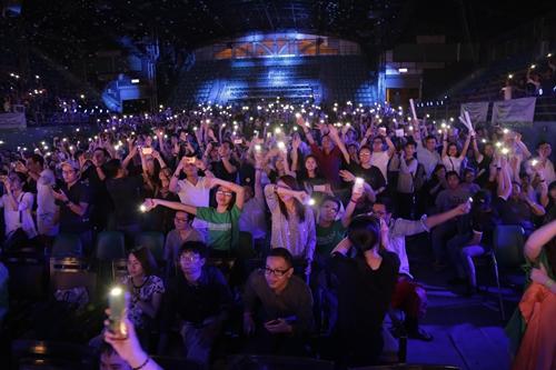 Khán giả vẫy tay theo lời Shane Filan hát trong đêm nhạc.