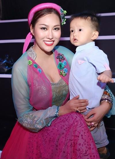 Phi Thanh Vân bên con trai.