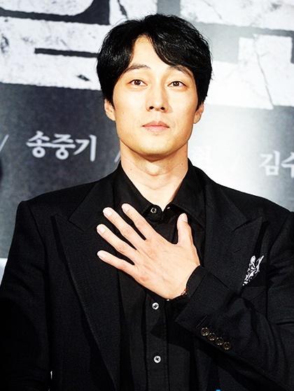dan-sao-han-dinh-dam-do-bo-xem-phim-moi-cua-song-joong-ki-2