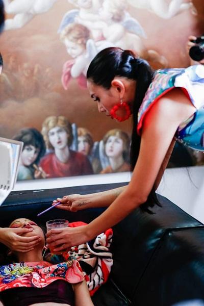 Võ Hoàng Yến chăm sóc Chà Mi ở hậu trường.