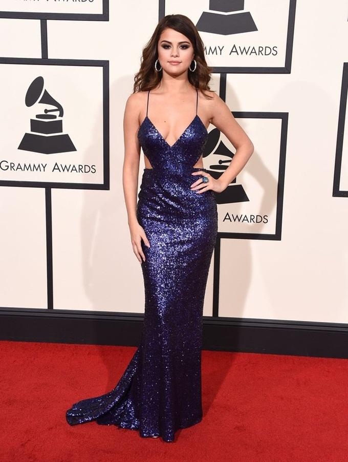 Loạt váy tôn vòng một của Selena Gomez