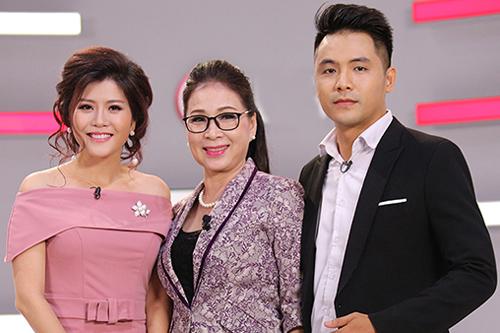 NSƯT Kim Xuân bên con trai và con dâu.