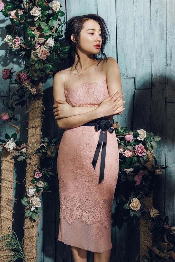 Nhã Phương khoe vẻ mong manh với váy ren