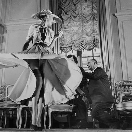 Christian Dior đang thực hiện một mẫu thiết kế trong thập niên 1950.