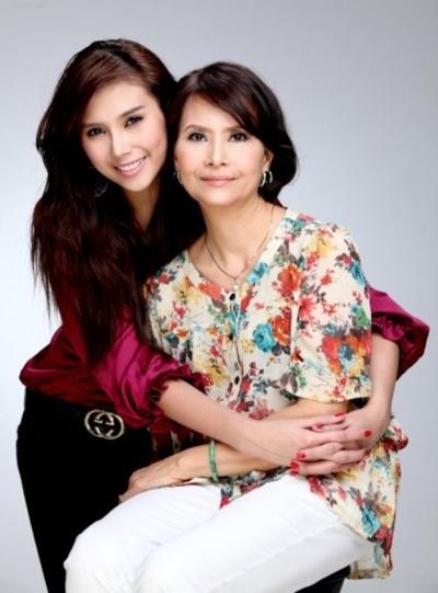 Võ Hoàng Yến và mẹ.