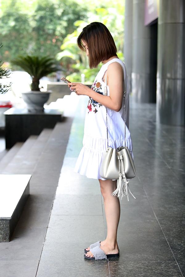 Giới trẻ Việt đua nhau diện mốt dép lê gắn lông ngày hè