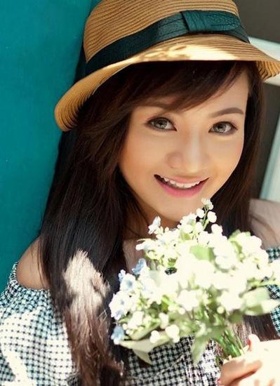 Xuân Mai tuổi teen có vẻ đẹp trong sáng với gương mặt bầu bĩnh, đôi mắt to tròn.