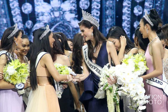 <p> Các thí sinh chúc mừng tân hoa hậu. Cô nổi bật từ các vòng đầu cuộc thi, gây ấn tượng bởi nét đẹp lai Thái Lan - Thụy Điển.</p>