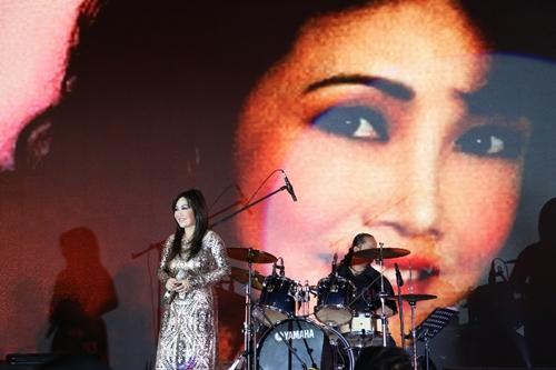 Sân khấu được chạy slide ảnh chân dung Thanh Lan thời trẻ.