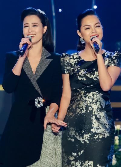 Hai ca sĩ nắm tay c