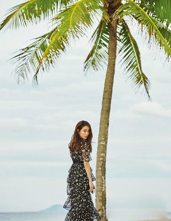 Vợ Lee Byung Hun khoe sắc trên biển Đà Nẵng
