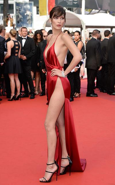 Người mẫu Bella Hadid gây chú ý trên thảm đỏ Cannes 2016 với phong cách gợi cảm.