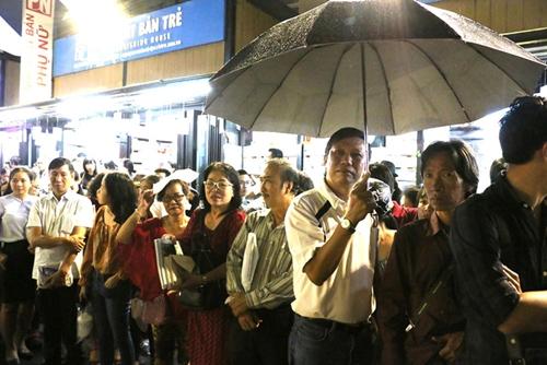 Khán giả đội mưa tham dự buổi giao lưu với Vũ Thành An.