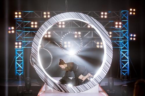 Sân khấu phần thi catwalk và tạo dáng trong vòng xoay được bố trí nhiều chướng ngại vật gây khó khăn,