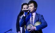 Mạnh Quỳnh được khán giả tặng bưởi trên sân khấu