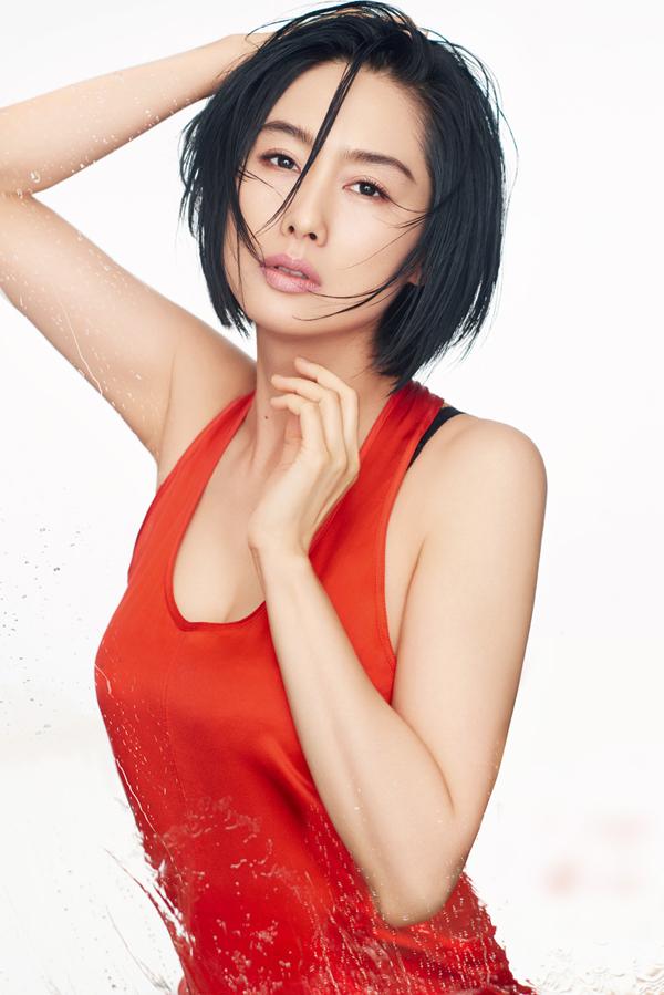 'Hoàng Dung' Chu Nhân diện mốt váy ngủ khoe dáng U50