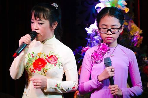 Ca sĩ Phương Mỹ Chi và cô út - bà Phương Quế Như - trong một lần đứng chung sân khấu trước đây.