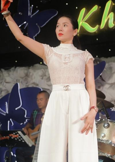 Ca sĩ diện trang phục thanh lịch, trẻ trung khi đi tập chương trình.