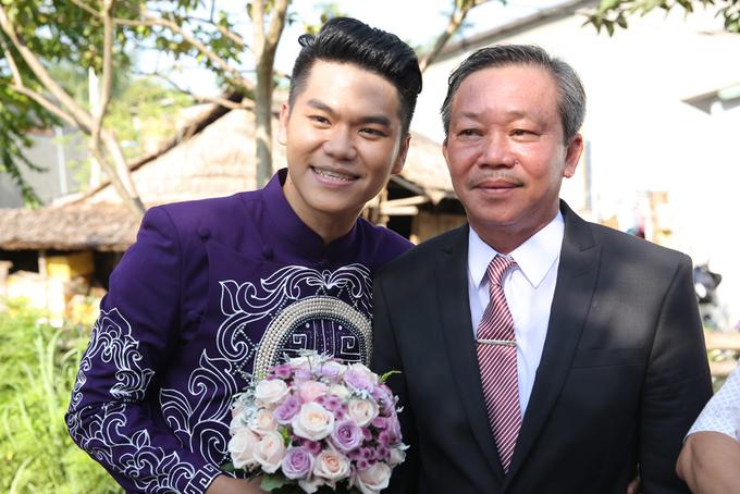 <p> Trung Kiên bên bố. Chú rể diện áo dài tím thêu hoa văn của nhà thiết kế Minh Châu. Đoàn nhà trai gồm 30 người từ Bình Thuận đến Trà Vinh vào ngày 7/8.</p>