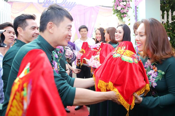 <p> Phù dâu, phù rể trao lễ vật hỏi cưới.</p>