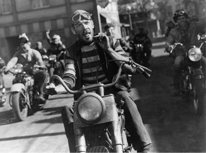 Lee Marvin mặc áo Breton trong phim The Wild One.