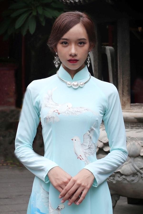 """<p class=""""Normal""""> Nguyễn Mỹ Trinh cao 1,7 m, với số đo 80-56-88 cm. Cô sinh ra và lớn lên ở Vĩnh Long trong gia đình thuần nông.</p>"""