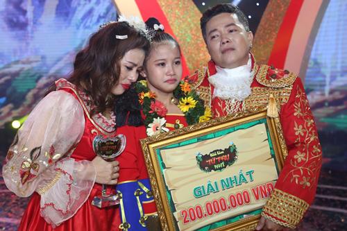 Bé Hoàng Vân bên huấn luyện viên - vợ chồng diễn viên Hoàng Mèo (phải).