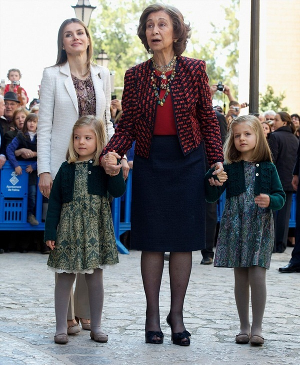 Váy áo đơn giản của cặp chị em công chúa Tây Ban Nha