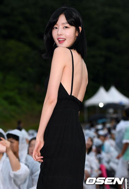 'Hoa hậu quyến rũ nhất Hàn Quốc' đội mưa đi thảm đỏ