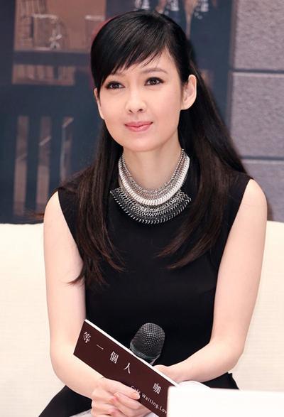 Châu Huệ Mẫn kết hôn cùng nhà văn Nghê Chấn năm 2009. Nữ diễn viên từng chia sẻ trên trang On không có ý định sinh con, bố mẹ chồng không ép vợ chồng cô chuyện này.