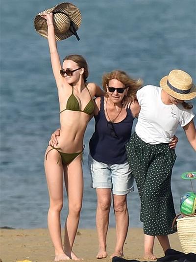 Hôm 12/8, trang Purepeople đưa tin Lily-Rose Depp đi biển cùng mẹ - cựu người mẫu Vanessa Paradis và người thân trên đảo Ré, Pháp.