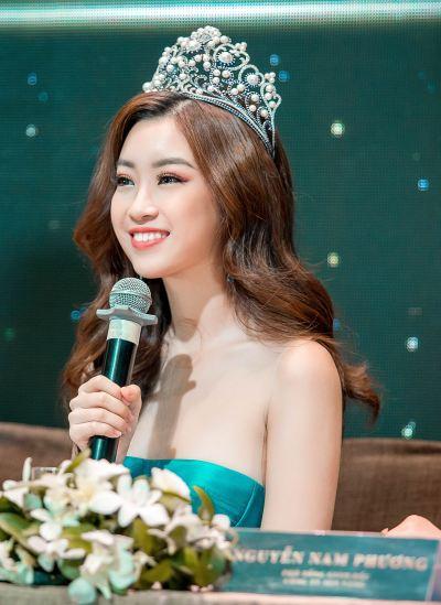 Hoa hậu Mỹ Linh phát biểu tại họp báo.
