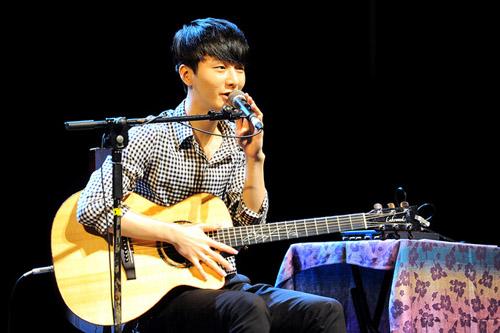 than-dong-guitar-han-quoc-tai-ngo-khan-gia-viet