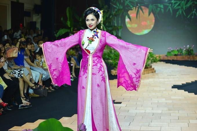 Việt Trinh diện áo dài tứ thân làm vedette