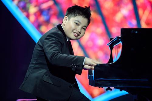 cau-be-12-tuoi-an-com-tu-thien-5000-dong-de-co-tien-hoc-piano
