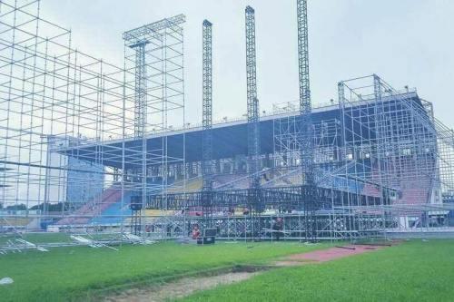 Khu vực sân khấu chính được trang bị hệ thống đèn và ánh sáng hiện đại.