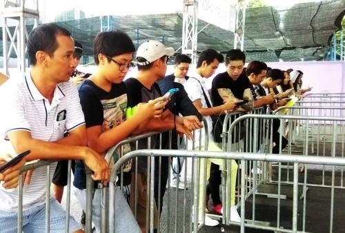 Nhiều người ngơ ngác khi đến sân vận động Quân khu 7 TP HCM lúc 16h ngày 23/8.