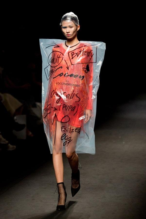 Túi nilon biến thành áo của Võ Công Khanh