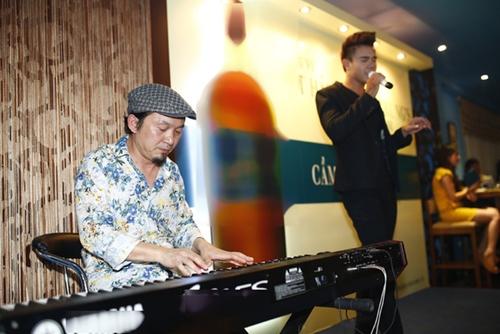 Nhạc sĩ Quốc Trung quen biết Đông Hùng (phải) từ thời anh thi Sao Mai điểm hẹn 2012.
