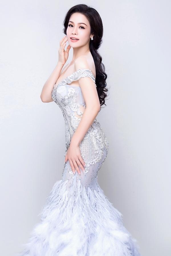 Nhật Kim Anh khoe dáng với đầm dạ hội cúp ngực