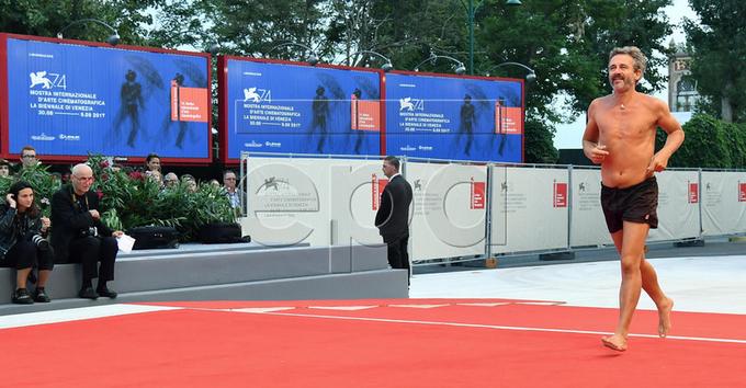 Diễn viên cởi trần, mặc quần đùi chạy trên thảm đỏ Venice